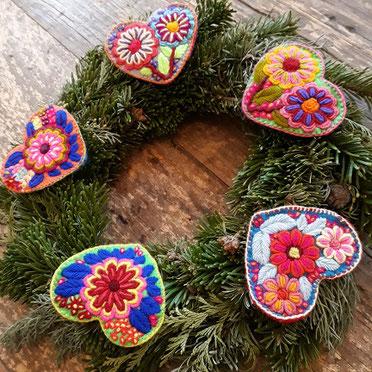 Adventskranz Deko, basteln, bunt, Schmuck, mexikanische Weihnachten, bunte Weihnachtsdeko, Adventsdekoration, Weihnachtsfest, Adventskaffee, Tischdeko für Weihnachten, Baumschmuck bunt, rot, weiss, grün, bestickt, handmade, boho, Frida, Bommel, 2020