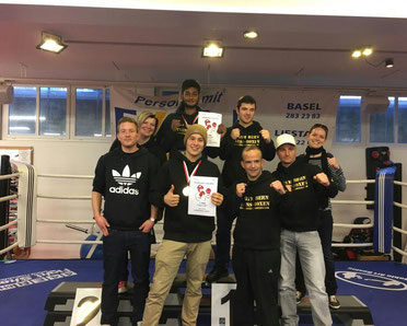 BOXING TEAM ITTIGEN powered by M's-Gym Bern v.l.n.r. Michael (Punktrichter), Anita, Swissan (CH-Meister 2016), Laurin (CH-Meister 2016), Manuel, Marco und Bernie (Trainerteam), Coco, Saison-Finale Dezember 2016  in Frenkendorf