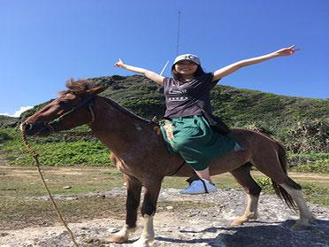 ビーチで馬に乗るMさん