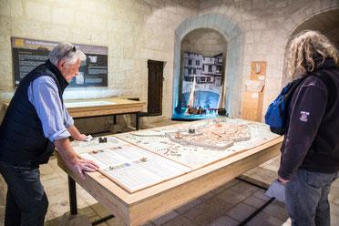 Visite du musée du Donjon de Niort salle avec maquette ville avec visiteurs Région Nouvelle-Aquitaine France Europe photo intérieure par Marie Deschene photographe Pakolla