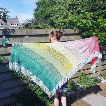 Een fleurig shawl gemaakt van een mixgaren van merinowol met katoen, heerlijk dragen is dat met natuurlijk materialen