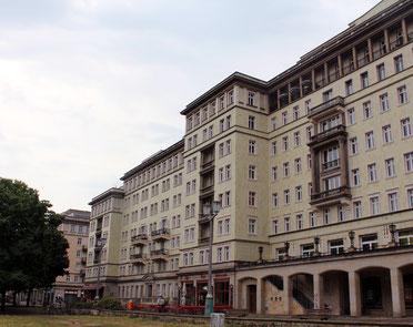 Renoviert und unter Denkmalschutz: Wohngebäude mit Geschäften an der Karl-Marx-Allee in Friedrichshain. Foto: Helga Karl
