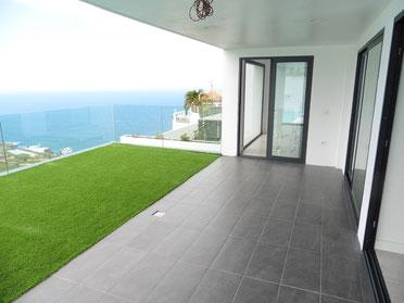 Terrasse und Kunststoffrasen