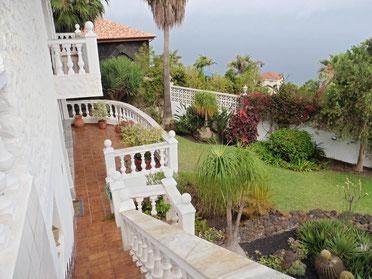 Treppen die zum Indoorpool und Garten gehen