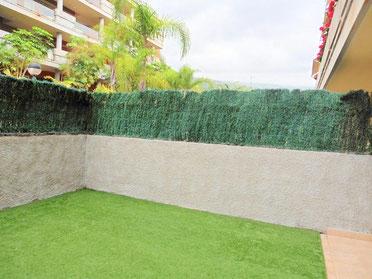 Garten mit künstlichem Rasen