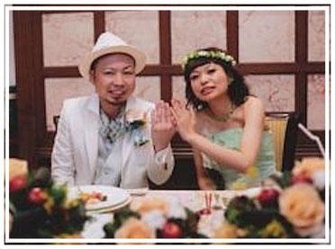 サンクイル岐阜でオーダーメイドリングを作られた先輩カップルの結婚指輪をしておられる様子