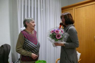 Frau Filler bedankt sich bei Fr. Uttenreuther für ihr langjähriges, grosses Engagement