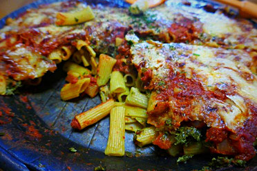 Vegetarischer herzhafter Grünkohlauflauf mit glutenfreien Nudeln aus roten Linsen
