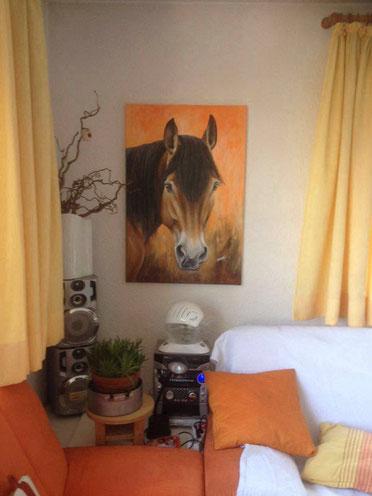 So schön wirkt das große Pferdegemälde im Wohnzimmer