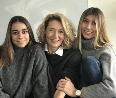 Familienfoto mit Mutter Ursi Giger und Töchter Neva und Carla