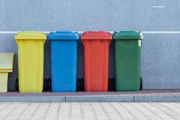 Abfallbehälter in einer Küche müssen regelmäßig geleert werden.