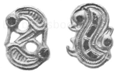 Links: Gewandnadel in Schlangenform, 3,1 cm. Fundort Oberstotzingen, Schwaben. Museum Augsburg. Silber, vergoldet, mit Almandinenaugen. Rechts: Gewandnadel in Schlangenform, 3,2 cm. Museum Karlsruhe. Silber, vergoldet.