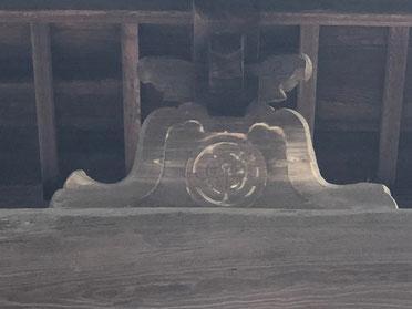 山門に刻まれている宮氏の紋