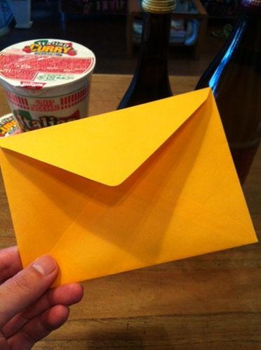 開けてみると、手紙、日本酒(福知山の地酒)、焼酎(赤霧島)、カップヌードル/イタリアンカレー(美味いらしい!)が入ってました。 手紙には、『誕生日おめでとうございます、、、、なんたらかんたら、。』 ありがたいですよね。 毎年、彼の一方通行なプレゼントなんですから、。(汗) たまには俺もなんか贈るわな。。。