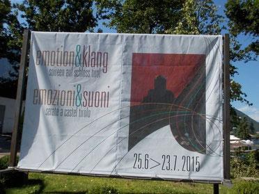 Banner mit Hinweis auf die Veranstaltung Soireen auf Schloss Tirol am Orteingang von Dorf Tirol