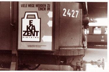 EKAZENT Hietzing (Ein Bauprojekt der Zentralsparkasse) Plakat an einer Straßenbahn-Tür um 1964.