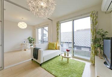 お部屋にカーテンやソファーなどを配置して、イメージしやすくして撮影