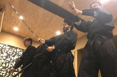 男性3名が忍者衣装を身にまとい、本格的な体験プログラムを行っている