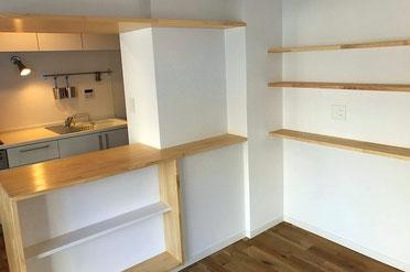 キッチン外側の豊富にある小物収納棚
