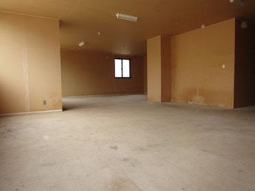 事務所棟の壁紙・床材全てを撤去したあと