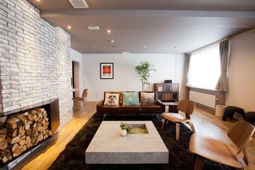 レンタルスペースの薪ストーブのある20畳の居間