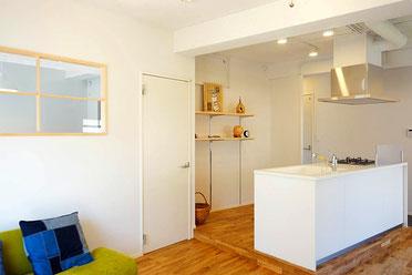 居間からスルーで行ける、白を基調とした対面キッチン