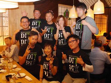 水野さん・原田塾長・懇親会参加者6名でDITティーシャツを着て記念写真
