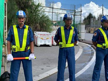 基地入口には、暑い中3名の警備員が立っています