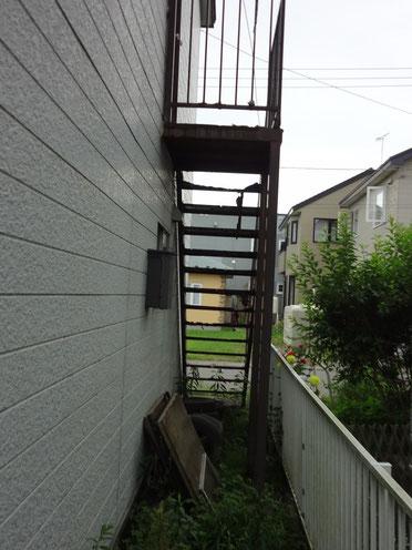 今にも崩れ落ちそうな外階段