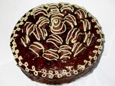 Кекс из черного и белого шоколада с глазированной клубникой наверху