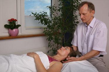 Entspannende Nackenmassage in der Privatpraxis Reinhard Nölle