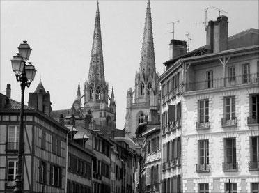 fanfaron foulard en soie, carré en soie, twill de soie, foulard made in france, pays basque, bayonne, cathedrale, cloitre, taureau, corrida
