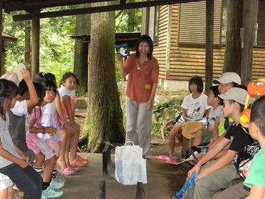 被災地の子どもを招いたキャンプにて読み聞かせ