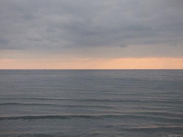 雲のグレー、夕日のオレンジ、海の色のサンド