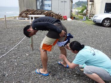 変なプレイじゃないですよ~(笑)  初のクラゲに刺されてびっくりしているFKDMくんに優しく?処置しています。