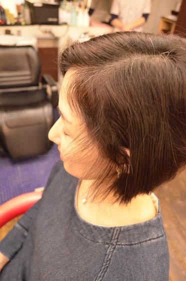顔周りの収まりの悪いくせ毛たちは、縮毛矯正ではなくカットで収まり良く