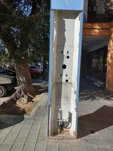 Vandalismo  urbano: Cabina de teléfonos destrozada en la ciudad de Valencia.