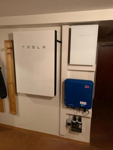 Montierter Tesla Speicher © iKratos