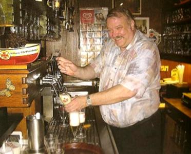 Heinz im Jahr 2006 beim Zapfen des letzten Biers 19