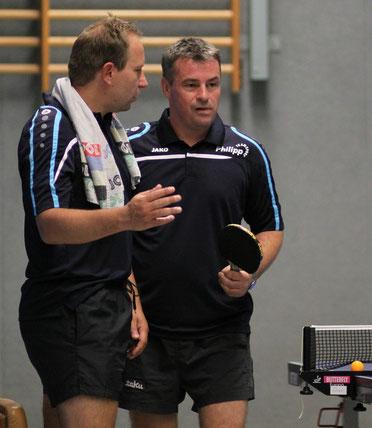 Nach seinem zweiten Einzelerfolg hört sich André Huber (r.)  die Spielanalyse von Kapitän Karsten Neumann an.