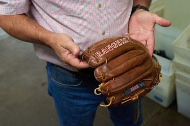 Nella foto un guanto per i Texas Rangers fabbricato dalla Nokona