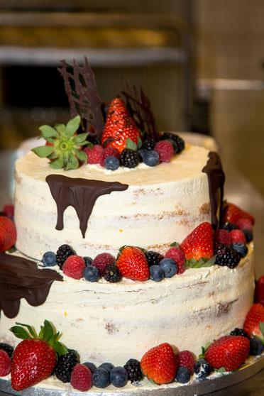 Hochzeitstorte Nakes Cake Beeren Apfel Erdbeeren Himbeeren Brombeeren Heidelbeeren