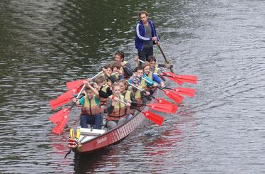 Schüler im Drachenboot