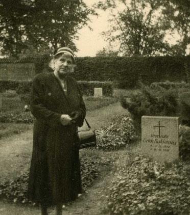 Meine Großmutter am Grab ihres Sohnes