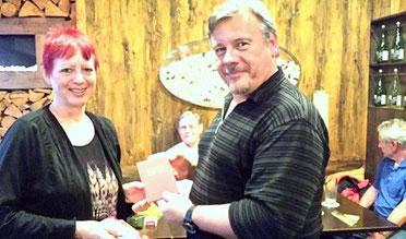Vorsitzende Birgit Schmidl (l.) überreicht Thomas Bonz (r.) das Parteibuch