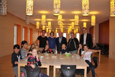 Foto: (Bürgerstiftung/Finn): Die Bürgerstiftung sponsert das Schulfrühstück in der Theo-Betz-Grundschule. Hinten von links: Nadine Hofmeister, Vera Finn, Helmut Rauscher, Bianca Bayrakli, Dr. Thomas Mayr.