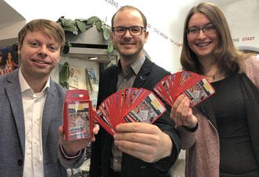 Christian Eisner, Matthias Auhuber und Anita Korndörfer bei der Präsentation des Kartenspiels. Foto: Rainer Seitz
