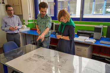 v.l.: Heinz Rättich (Kaufmännischer Leiter, Europoles GmbH & Co. KG) Tobias Klesel (Technischer Leiter Ausbildung Pfleiderer Neumarkt GmbH), MdL Margit Wild (© Europoles GmbH & Co. KG; Fotograf: Sebastian Preischl)