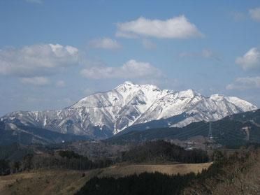 垂井町大滝東谷より伊吹山を望む