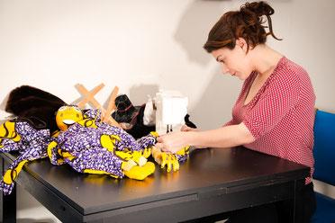 Julie Lucy, clown et marionnettiste, qui propose des spectacles et des animations pour les enfants sur toute la région Centre-Val de Loire, est à l'ouvrage pour confectionner ses marionnettes...